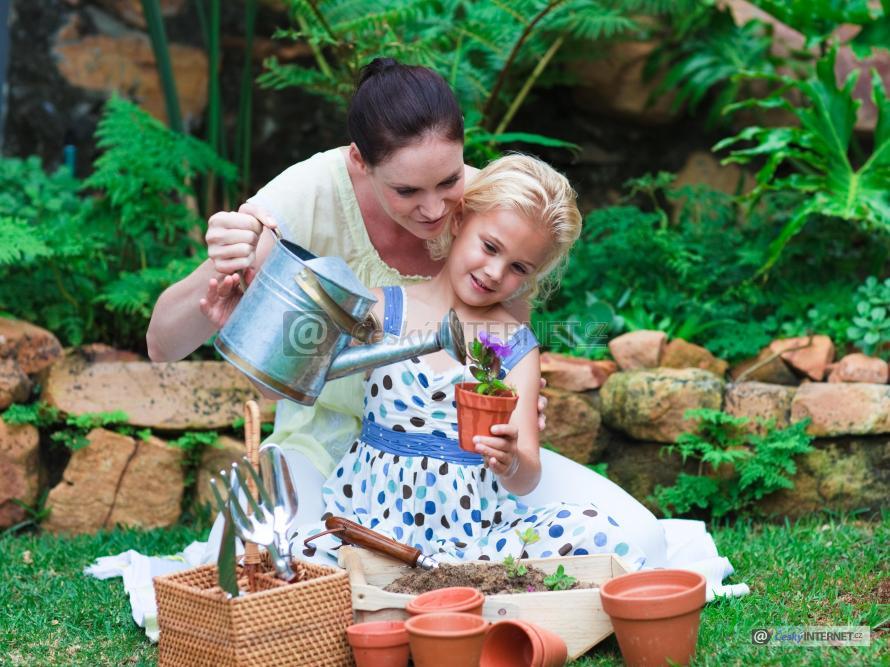 Žena s dcerou na zahradě.