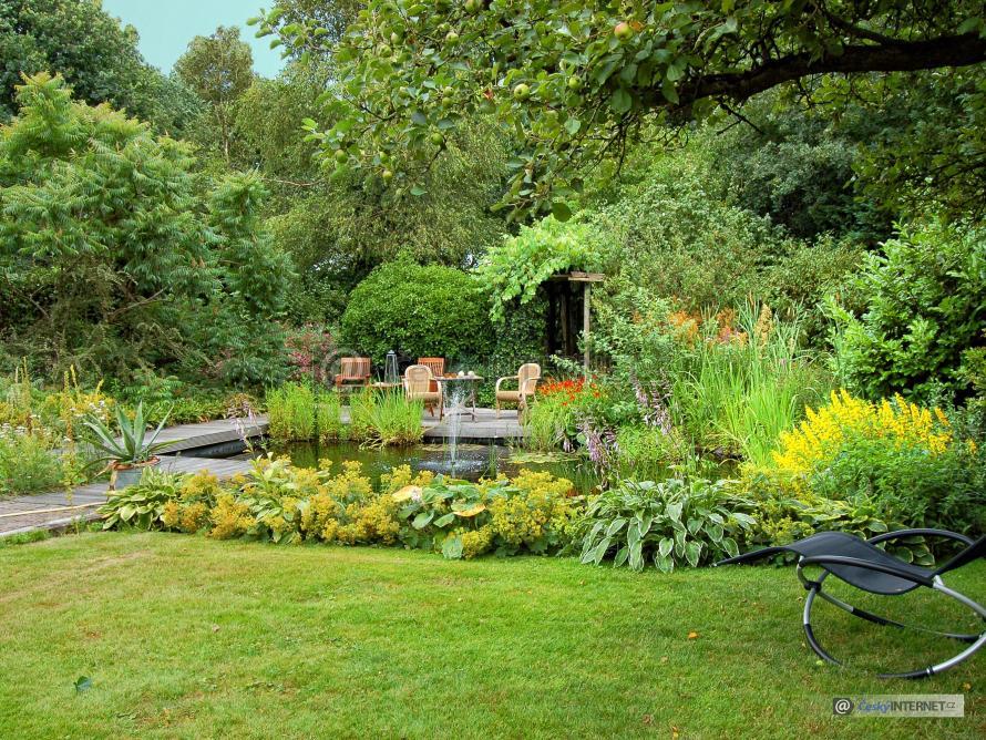 Zahrada s jezírkem a vodotryskem.