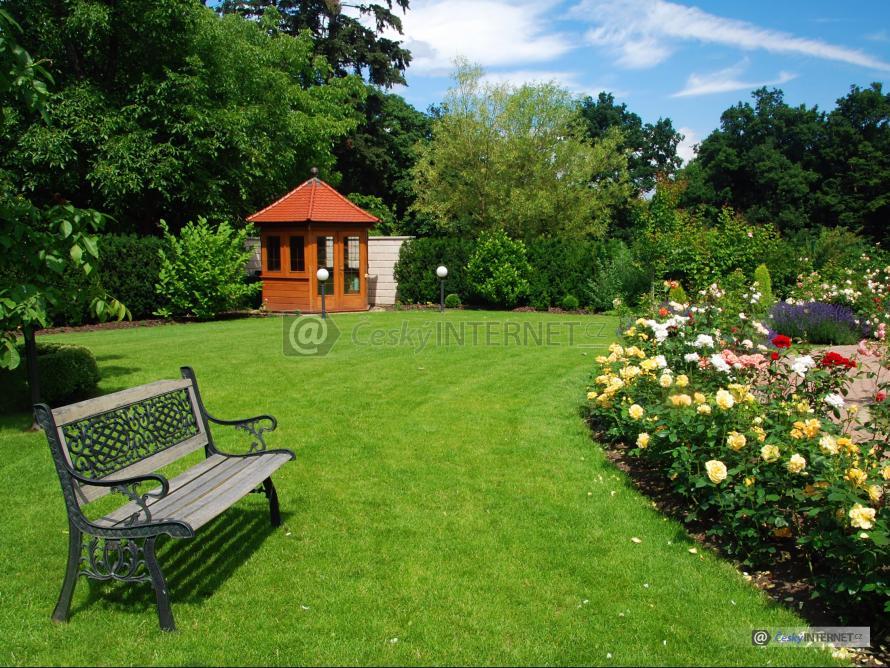 Okrasná zahrada s altánem.