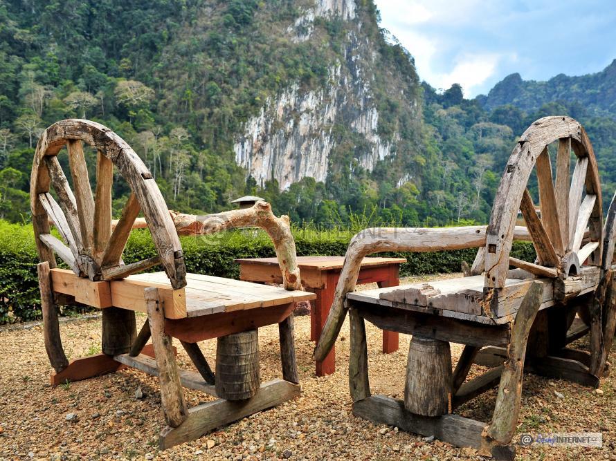 Dřevěné lavičky.