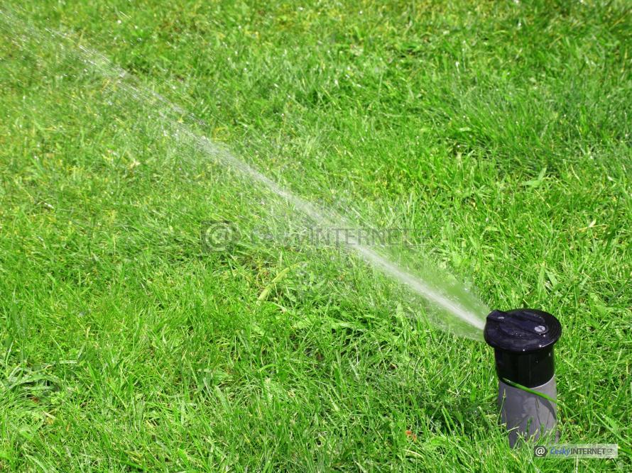 Zavlažování trávníku zavlažovacím systémem.