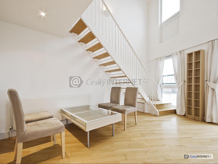 Interiér s prosklenou stěnou, schodiště.